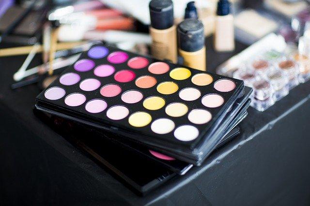 すっぴん女性が増えて沈む化粧品業界
